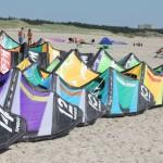 Die Kites von Slingshot Sports reihen sich aneinander