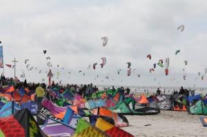 Bei idealen Windbedingungen füllt sich das Festivalgelände im Laufe des Tages zu einem Meer aus Kites
